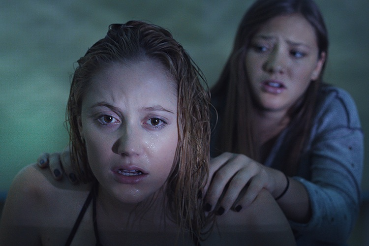 Maika Monroe and Olivia Luccardi in It Follows